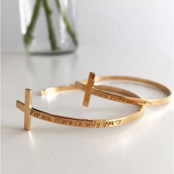 Håndlavet armbånd / armlet i guld med personligt indgraveret kors