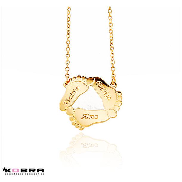 Guld halskæde med 3 babyfødder, inklusiv gravering på forsiden