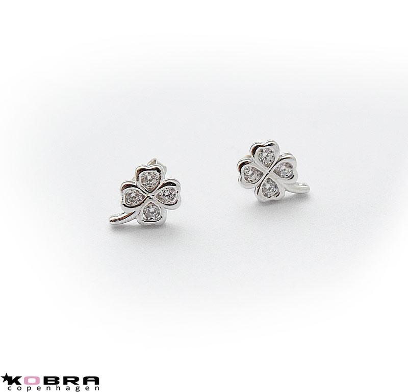 Små fyrklöver silverörhängen med vita stenar - Silverörhängen - KOBRA -  copenhagen 8a24beeda5db8