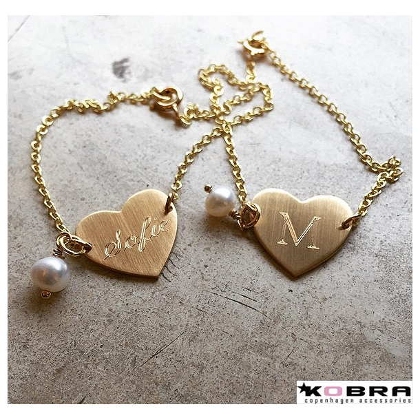 Love ID Tag armbånd i guld, inklusiv gravering samt ferskvandsperle