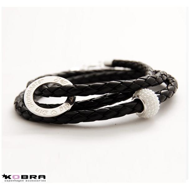 Flettet sort læderarmbånd med Love Wheel og hvid perle, inklusiv gravering