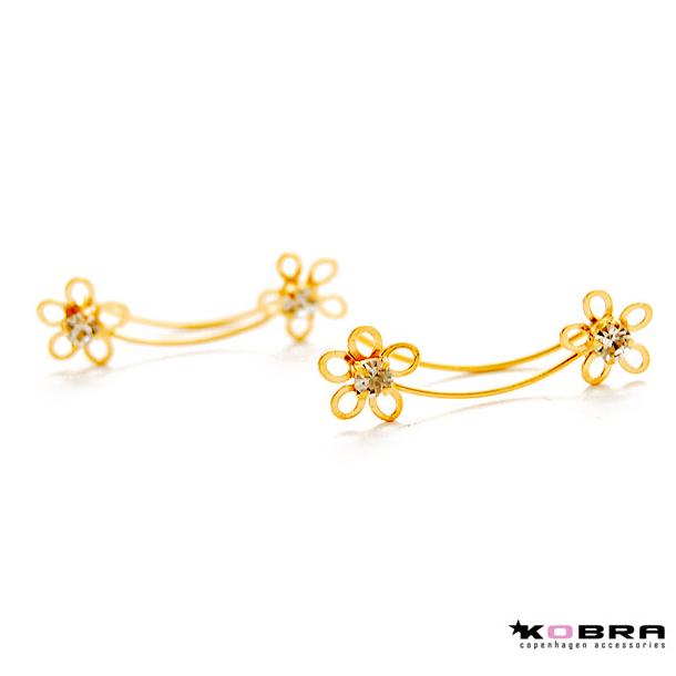 Øreringe i guld med blomster som sidder op ad øret