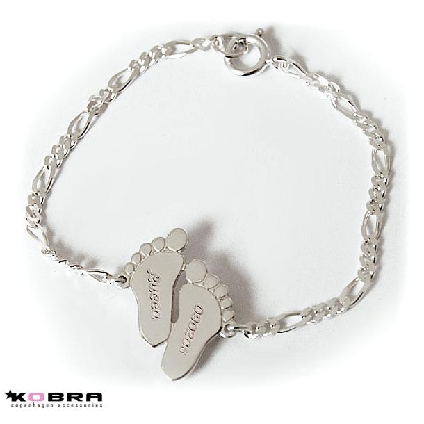 Sølv armbånd med babyfødder, inklusiv personlig gravering