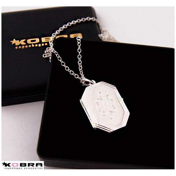 8 kantet sølv medaljon med graveret mønster på forsiden og mulighed for personlig gravering.